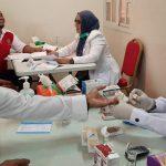 """Delegasi Kemenkes RI yang dipimpin Direktur Kesehatan Kerja dan Olah Raga, Kartini Rustandi, melakukan rangkaian penyuluhan dan pemeriksaan kesehatan untuk Pekerja Migran Indonesia (PMI) di KBRI Doha, Qatar pada tanggal 14-16 Desember 2019. Selama kegiatan 3 hari tersebut, para tenaga kesehatan dari Unit Pelayanan Kesehatan (UPK) Kementerian Kesehatan dan RS Ketergantungan Obat, telah memberikan pelayanan kesehatan kepada 127 orang PMI, Persatuan Dharma Wanita serta Staf KBRI Doha. """"Kegiatan ini bertujuan untuk mensosialisasikan Gerakan Masyarakat Hidup Sehat (GERMAS) dalam rangka meningkatkan kepedulian PMI terhadap pentingnya upaya menjaga dan meningkatkan kesehatan. Selain itu juga untuk membantu pelayanan kesehatan bagi PMI yang sementara harus tinggal di Shelter (Penampungan Sementara PMI) di KBRI Doha,"""" jelas Kartini dihadapan para PMI dan masyarakat Indonesia. Kegiatan ini merupakan kerja sama antara Kemenkes RI, KBRI Doha dan Persatuan Perawat Negara Indonesia (PPNI) Qatar. Kegiatan mencakup sosialisasi dan edukasi mengenai Program GERMAS; pencegahan penyakit HIV/AIDS dan TBC (Tuberculosis); Kesehatan Lingkungan khususnya di Shelter, Konseling Kesehatan Jiwa dan Manajemen Pengelolaan Stres, serta Pemeriksaan Kesehatan Gula Darah, Tekanan Darah, Kolesterol, Asam Urat, IVA Test, SADANIS, dan SADARI guna deteksi dini resiko Penyakit Tidak Menular. Selain itu dilakukan juga Sosialisasi dan Implementasi STR online 2.0 serta pengurusan STR onsite. whatsapp-image-2019-12-16-at-09-23-26 Kegiatan penyuluhan dan pemeriksaan kesehatan bagi PMI serta sosialisasi STR online di Doha merupakan bagian dari kepedulian dan tanggung jawab Pemerintah RI dalam menjamin akses informasi dan pelayanan kesehatan bagi seluruh WNI, termasuk yang berada di luar negeri. Kegiatan ini juga membuktikan komitmen Pemerintah RI untuk terus meningkatkan upaya perlindungan hak-hak pekerja migran. Selama kunjungan di Doha, Delegasi Kemkes RI juga mengadakan pertemuan dengan Kementerian Kesehatan"""
